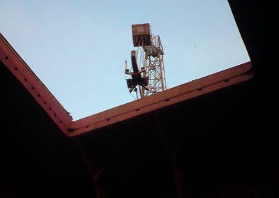 Załadunek podnośnika montażowego do ładowni statku